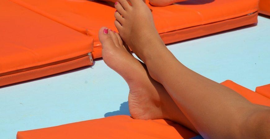 Les femmes naissent-elles les pieds en V ?