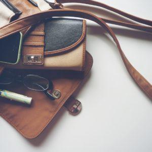 Pour ne plus en avoir plein le dos allégez votre sac à main !